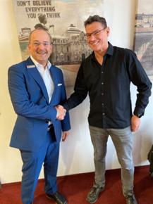 Foto von Sparkassenvorstand Lutz Boden und Ralph Suikat nach der Errichtung der Stiftung
